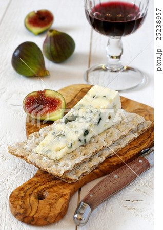 French blue cheese, red wine and ripe figsの写真素材 [25238957 ...
