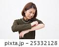 かゆい 女性 人物の写真 25332128
