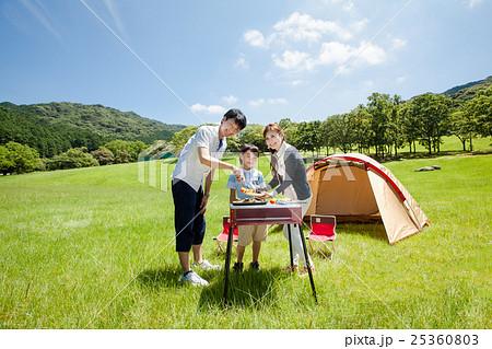 バーベキューをするファミリーキャンプ場の家族 25360803