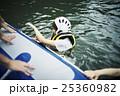川遊びする女性 25360982