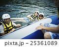 川遊びする男女 25361089