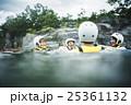 川遊びする男女 25361132