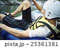 川遊びする男性 25361381