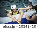 川遊びする男女 25361425