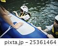 川遊びする女性 25361464