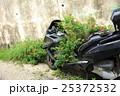 放置バイクを彩るマリーゴールド 25372532