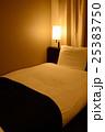 夜のホテルのシングルルーム 25383750
