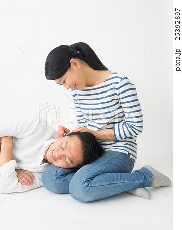 膝枕で耳掻きをする夫婦 25392897