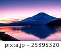 夕暮の富士山と山中湖 25395320