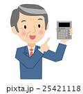電卓を持ったシニアビジネスマン 25421118