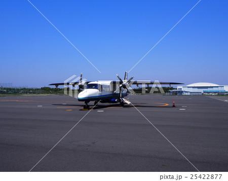 飛行場の小型旅客機(ドルニエ 228) 25422877