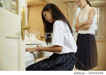 ピアノを弾く女子高生 25443546