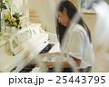 ピアノを弾く女子高生 25443795
