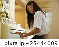 ピアノを弾く女子高生 25444009