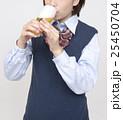 ビールを飲む未成年 25450704