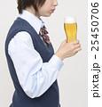 ビールを飲む未成年 25450706