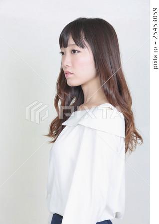若い女性 ヘアスタイル 25453059