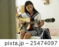 ギターを弾く女子高生 25474097
