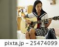 ギターを弾く女子高生 25474099
