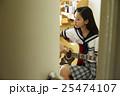 ギターを弾く女子高生 25474107