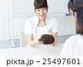 若い女性、ヘアケアカウンセリング 25497601