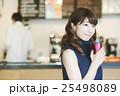カフェをテイクアウトする女性 25498089