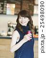 カフェをテイクアウトする女性 25498090