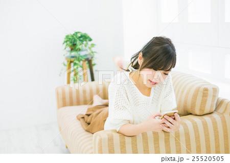 女性 スマートフォン  25520505