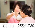 食事介助をする介護福祉士 25541780
