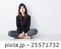 女性 若い 座るの写真 25571732