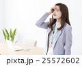 ビジネスウーマン 頭痛 体調不良の写真 25572602