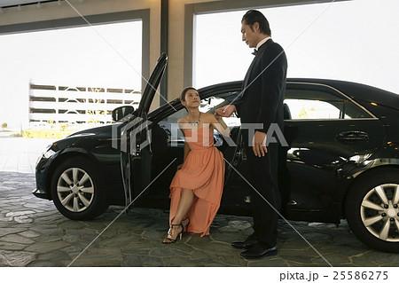 車から降りるドレスの女性 25586275