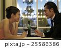 ワインを飲む男女 25586386