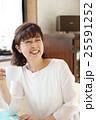 コーヒーを飲むシニア 25591252