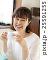 コーヒーを飲むシニア 25591255