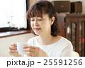コーヒーを飲むシニア 25591256