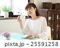 コーヒーを飲むシニア 25591258