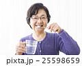 歯磨きをするシニア女性 25598659