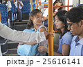 バス車内 親子 25616141