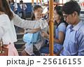 バス車内 親子 25616155