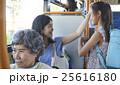 バス車内 親子 25616180