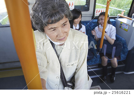 バス車内 マナー違反 25616221