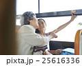 バス車内 おばあちゃんと孫娘 25616336
