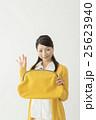 財布を持ってOKサインをだすミドル主婦 25623940