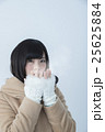 ウィンターイメージ手を温める女性 25625884