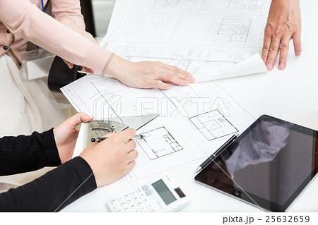 住宅の設計図面を確認する人々 25632659
