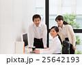 明るいオフィスの若い女子社員と上司 25642193