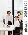 明るいオフィスの若い女子社員と上司 25642194