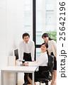 明るいオフィスの若い女子社員と上司 25642196