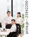 オフィスの若い女性と上司と同僚 25642200